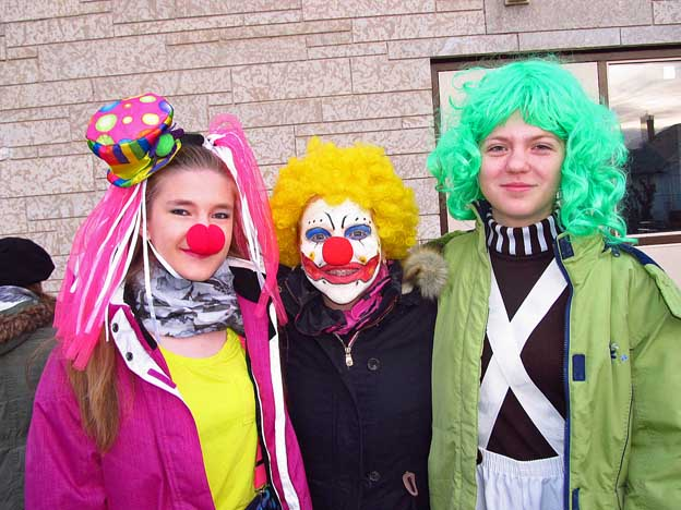 outclowns